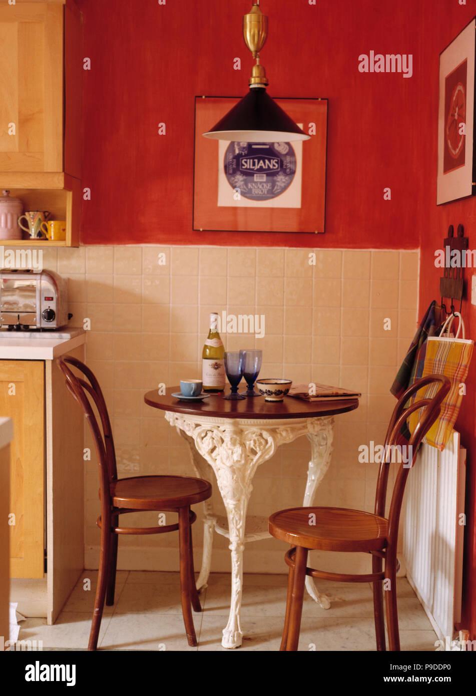 Bugholz Thonet Stühle und kleine Runde im Viktorianischen Stil Tisch ...