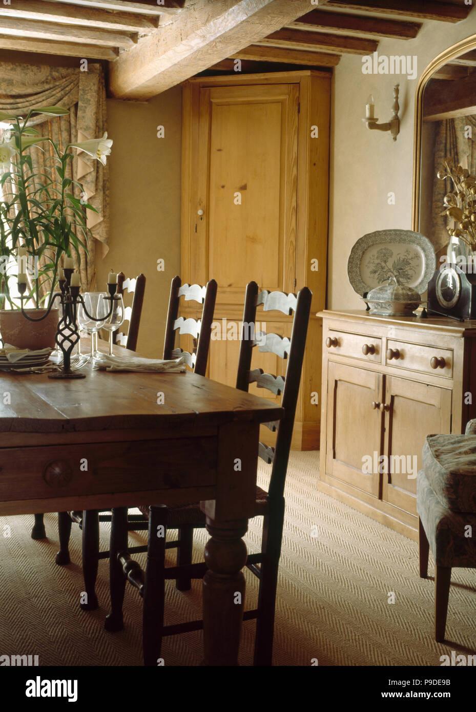 Sisal Teppich In Holzbalkendecken Cottage Esszimmer Mit Antiken