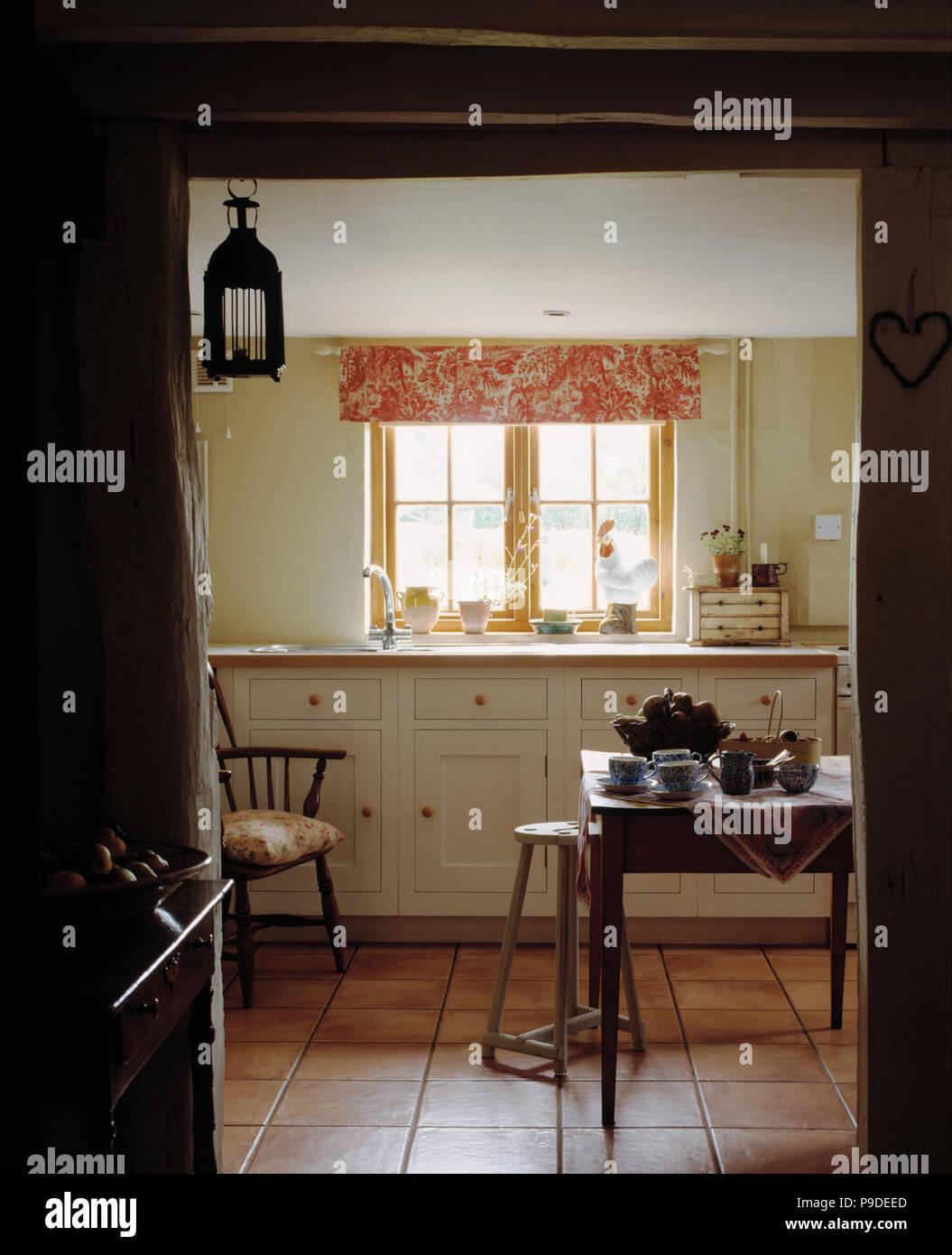 Pink Weiss Blind Auf Fenster In Cottage Kuche Esszimmer Mit