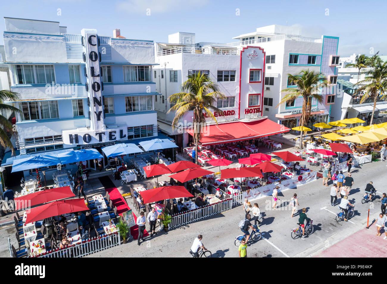 Miami Beach Florida Ocean Drive Art-Deco-Viertel Kolonie Boulevard Starlite hotel hotels Restaurant alfresco Sonnenschirme Radfahrer Antenne Overhead Stockbild