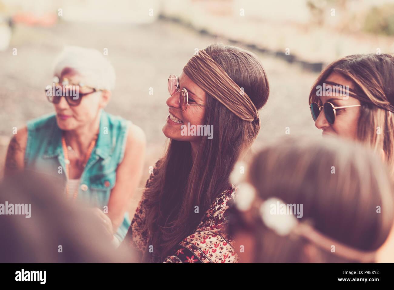 Gruppe der weiblichen girs gemischten Alters in der Feier hippy Party. Lächeln und Glück in Freundschaft für Frauen. Vintage Style und Retro Look. '70s Style für Stockbild