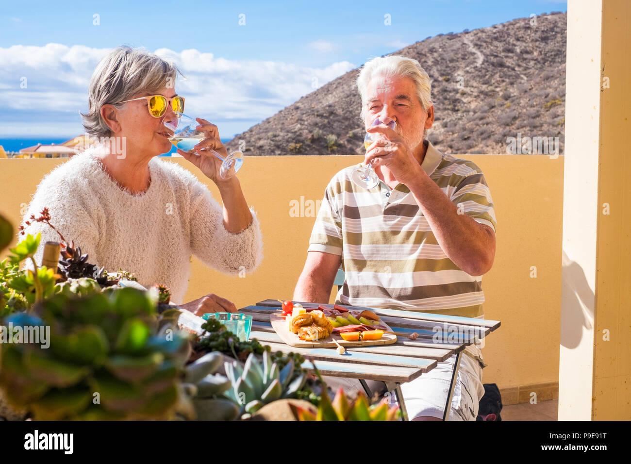 Nettes Paar der pensionierten Erwachsener übernachten gemeinsam auf dem roofto pterrace Essen und Trinken Essen und Trinken. glückliches Lächeln die Menschen draußen in der großen lifestyl Stockbild