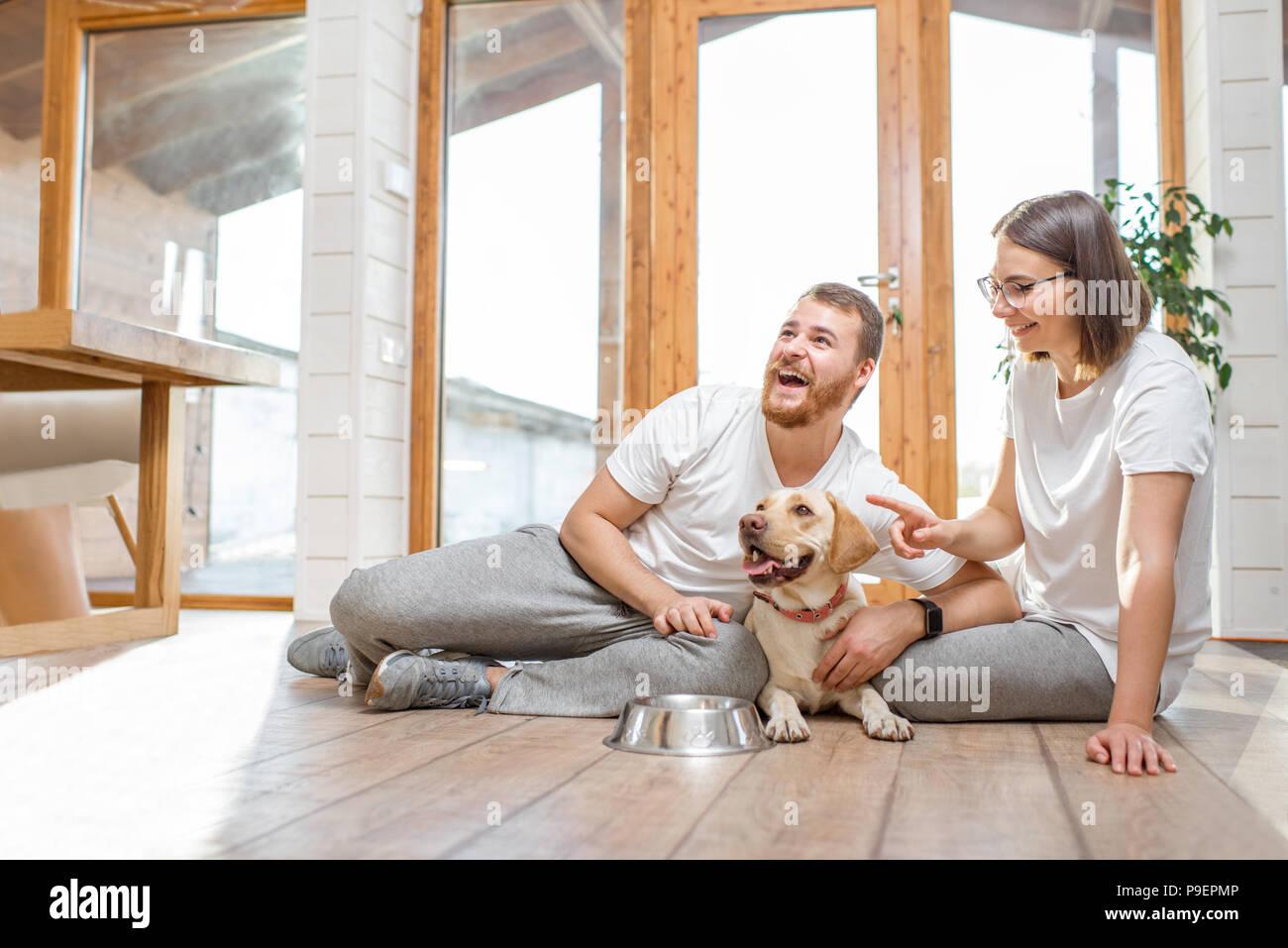 Paar mit Hund im Haus Stockbild