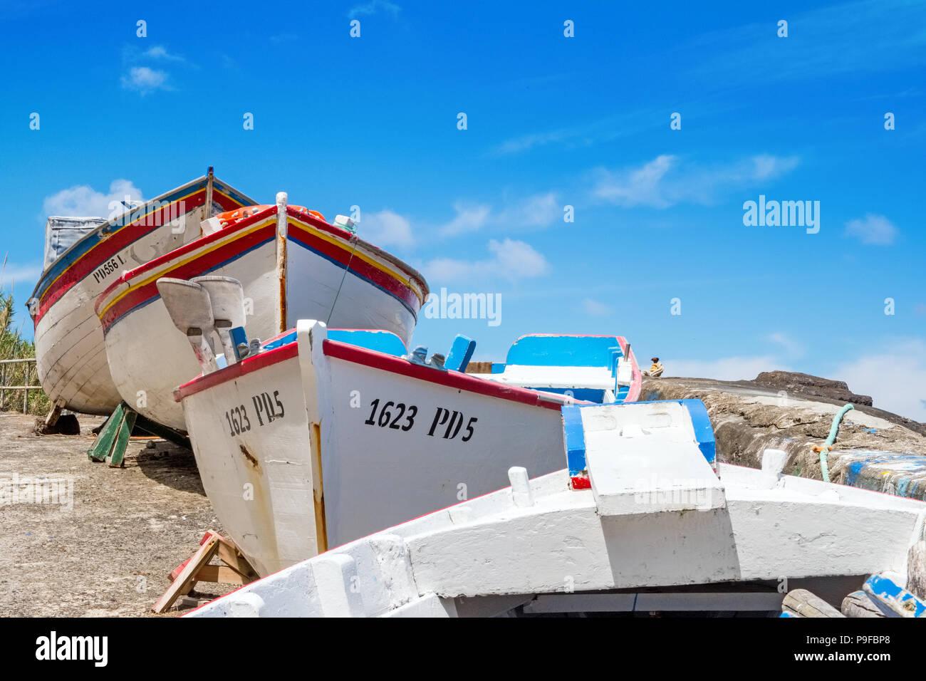 Hölzerne Fischerboote und ein blauer Himmel auf Sao Miguel, Azoren Stockbild