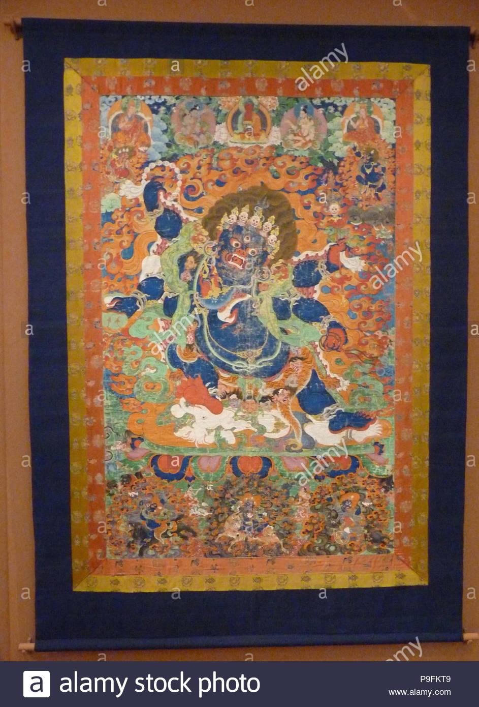 """Six-Armed Mahakala, Anfang des 18. Jahrhunderts, Tibet, Staupe auf Stoff, 83 3 / 8 x 57 cm. (211,8 x 146,7 cm), Gemälde, die wilden Aspekt des Bodhisattva Avalokiteshvara, Mahakala ist in einem flammenden Heiligenschein dargestellt, seine sechs Hände halten seine entsetzliche Ritualgegenstände. Die Teilnahme an Mahakala sind vier yaksha """"Minister"""" in Rot und Blau, und Sie fahren mit dem Bär und ein Pferd und Flanke der Beschützer Göttin Palden Lhamo auf ihre Esel. Stockbild"""