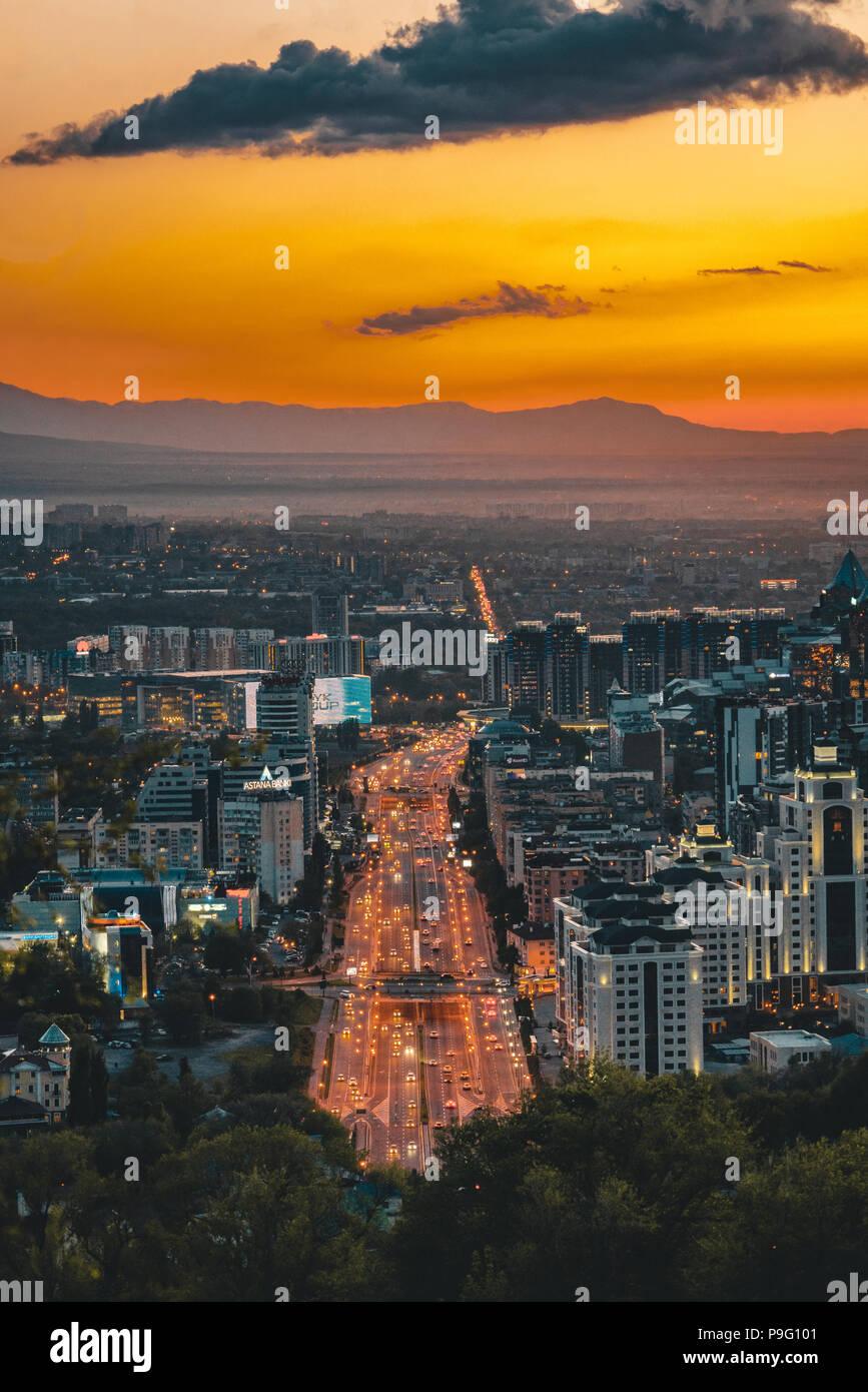 Sonnenuntergang über der Stadt Almaty und eine Ansicht der Kok Tobe Fernsehturm Stockbild
