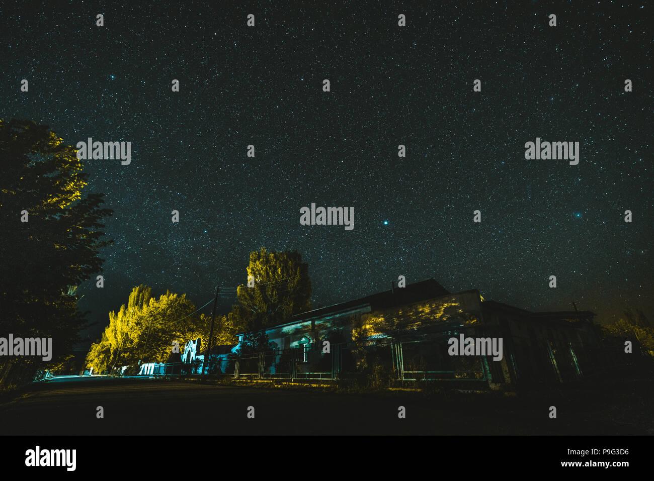 Nacht Landschaft, Dorf Haus unter die Sterne in der Nacht Stockbild