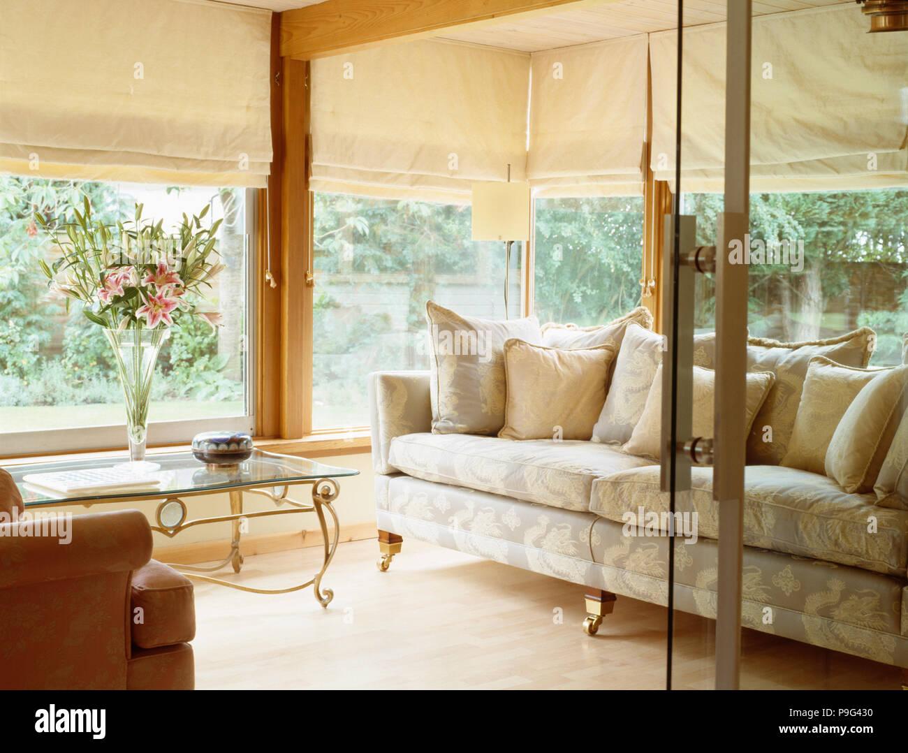 Glas Türen öffnen Zu Modernen Wohnzimmer Erweiterung Mit Sahne Jalousien  Und Traditionelle, In Neutralen Sofa