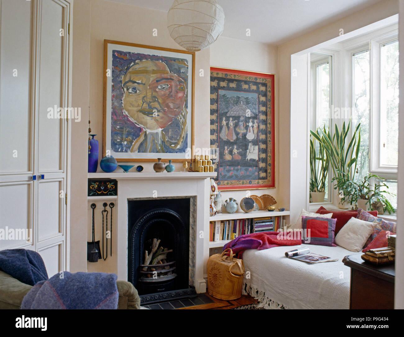 Bilder in Weiß Wohnzimmer mit einem weißen werfen und bunten Kissen ...