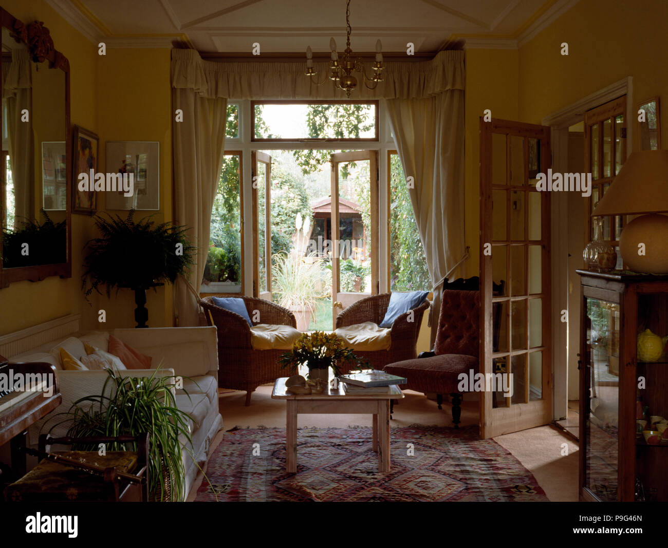 Korbsessel Neben Franzosisch Windows Im 80er Jahre Wohnzimmer