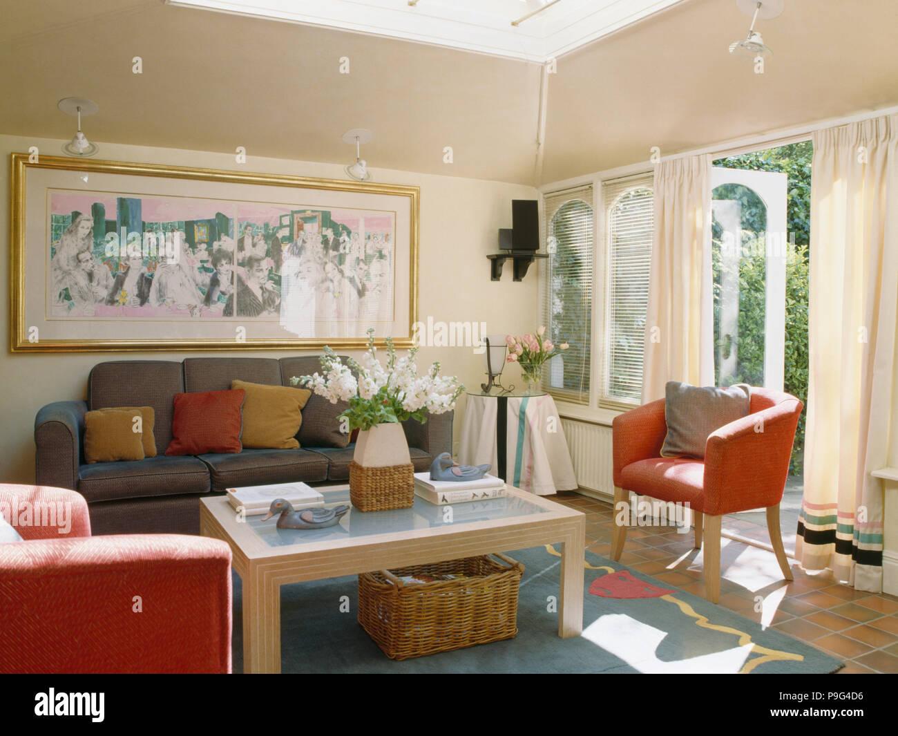 Rote Sessel und graue Sofa im Wohnzimmer Erweiterung Stockfoto, Bild ...