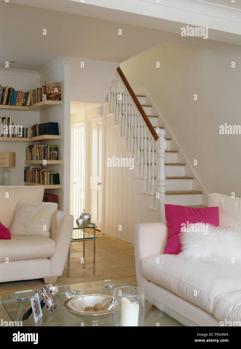 Rosa Und Flauschigen Weißen Kissen Auf Weißen Sofa Im Modernen Weißen  Wohnzimmer Mit Weiße Treppe