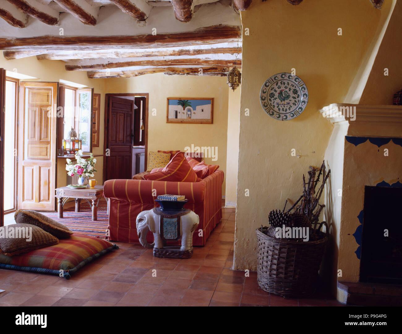 Stock Kissen Und Roten Sofa In Spanisch Land Wohnzimmer Mit Keramik