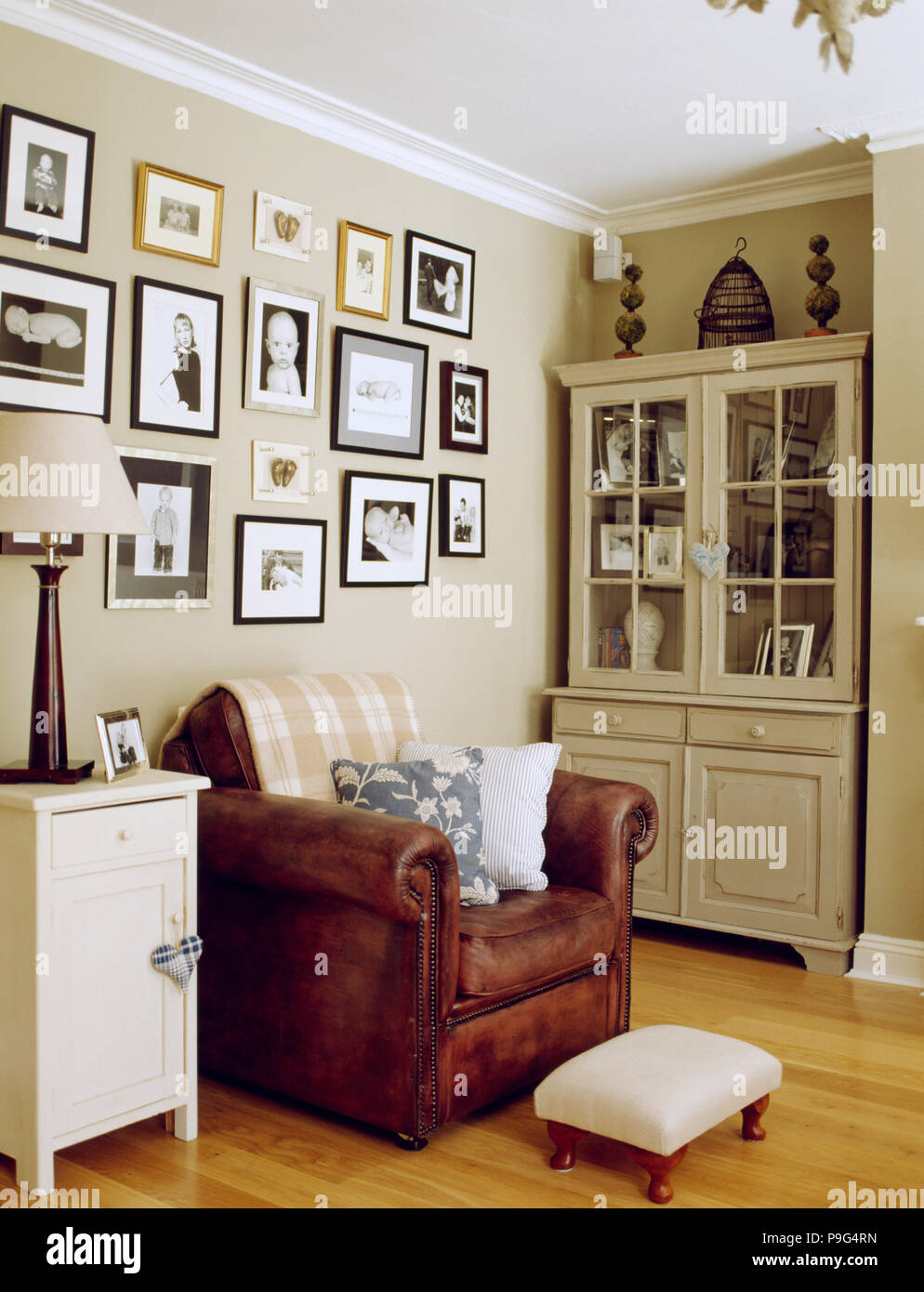 Gerahmt Schwarz Weiß Fotografien Auf Wand über Braune Ledersessel In Beige  Wohnzimmer Mit Gemalten Kommode