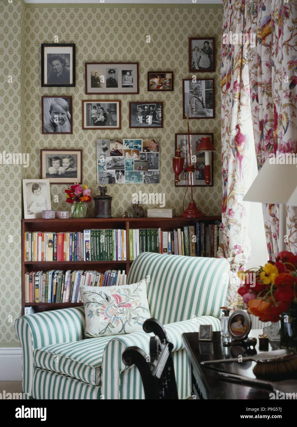 Schwarz / Weiß Fotografien An Wand über Bücherregale Im Wohnzimmer Mit Grün Weiß  Gestreiften Sessel