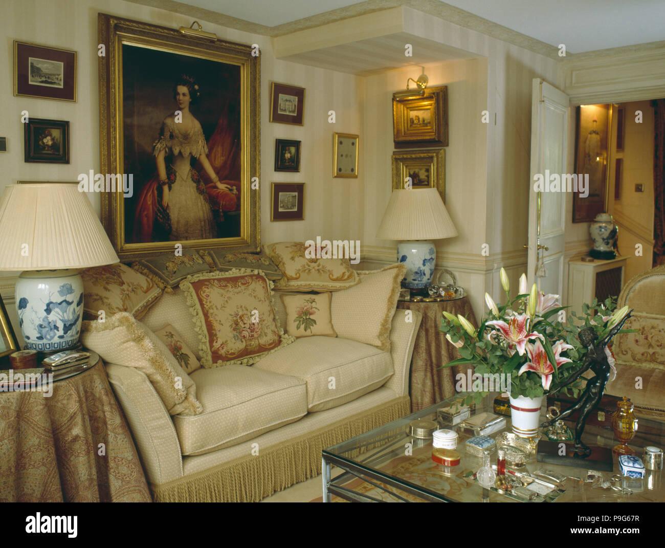 Großes Ölgemälde über Sahne Sofa Mit Kissen In Kleine Neutrale Reihenhaus  Wohnzimmer Gestapelt
