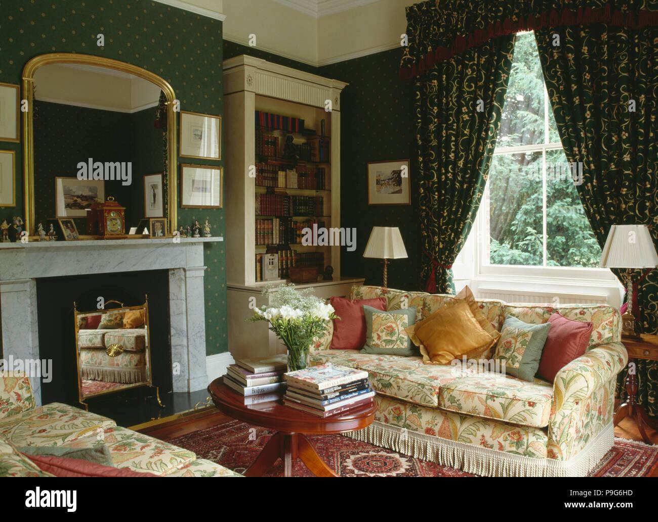 Vergoldete Spiegel über Marmor Kamin Im Wohnzimmer Grün 90er Jahre Tapeten  Und Gemusterten Vorhängen Und Floralen Sofas
