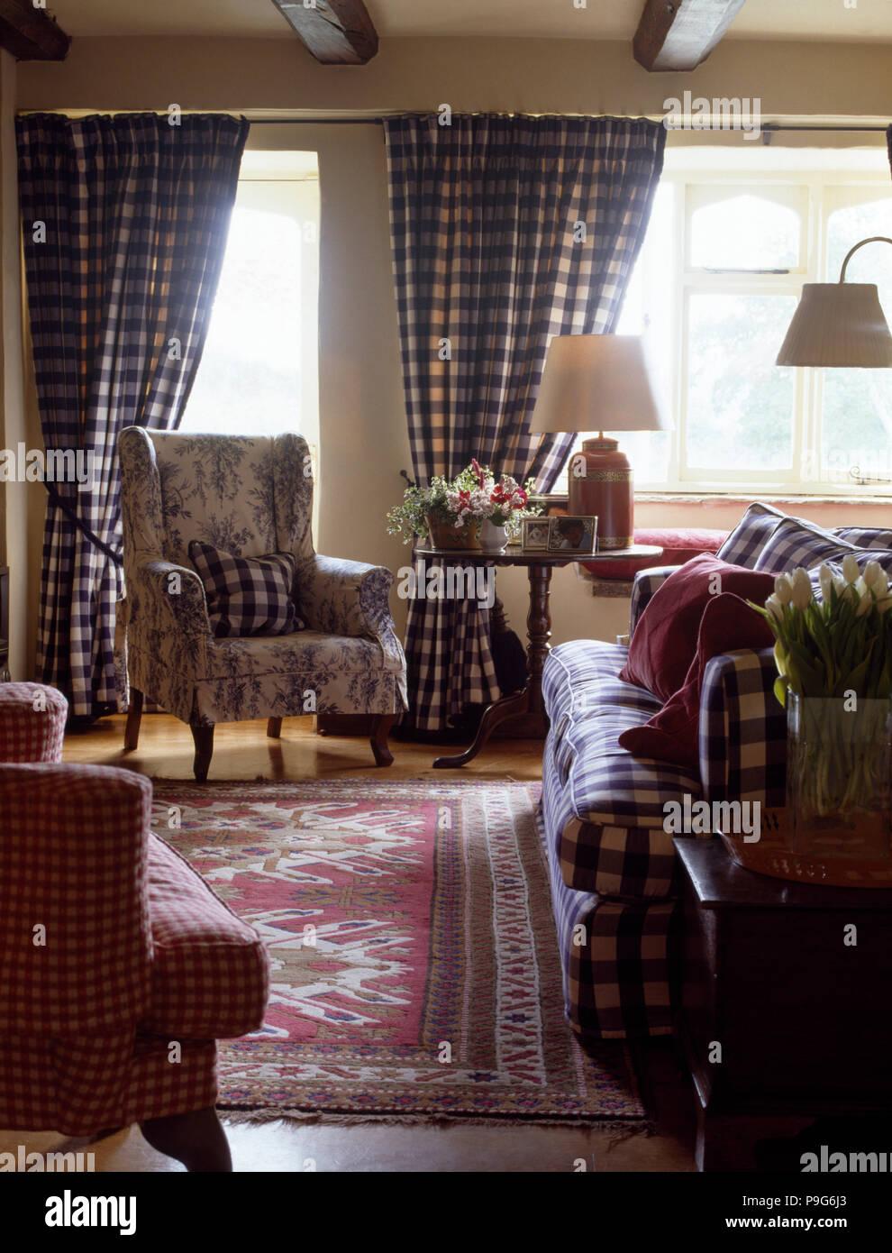 Blau Weiß Karierte Vorhänge Und Sofa In Einem Land Wohnzimmer Mit Toile De  Jouy Sessel