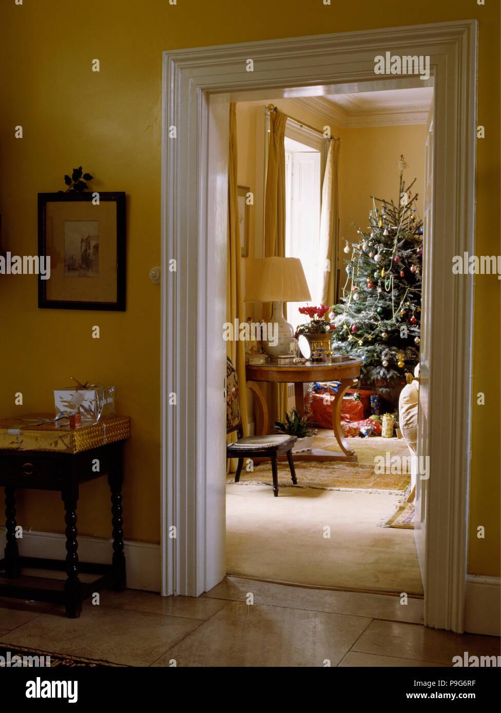 Auf der Suche nach Wohnzimmer mit großen Weihnachtsbaum aus gelb ...