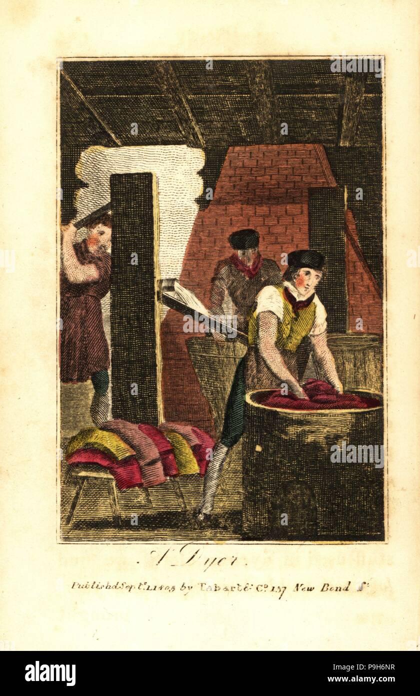 Dyer sterben Schrauben der Stoff in ein Faß, während andere Arbeitnehmer Wasser in einer großen mwst. Pumpe Tuch zu spülen. Papierkörbe Holzschnitt Kupferstich aus dem Buch des englischen Trades und Bibliothek der nützlichen Künste, Tabart, London, 1810. Stockbild