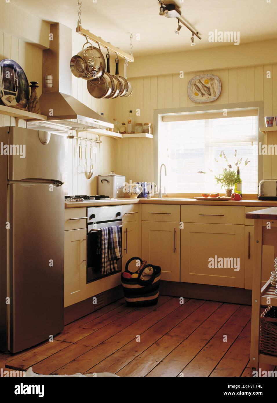 Große Edelstahl Kühlschrank mit Gefrierfach in Creme cottage ...