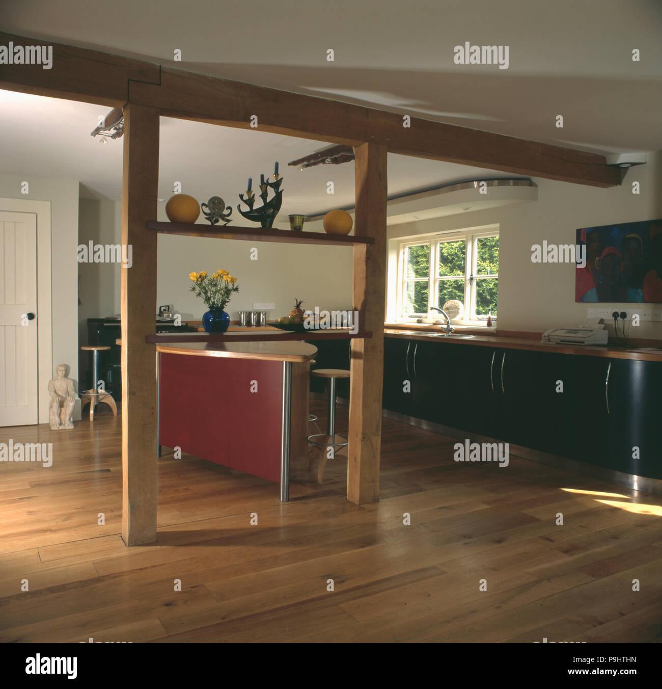 Holzboden In Moderne Kuche Mit Freiliegenden Aufrecht Und Holzbalken