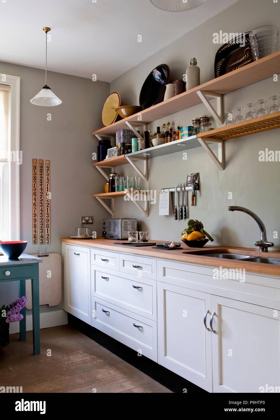 einfache h lzerne regale ber montiert wei einheit mit sp le und arbeitsplatte in hellem grau. Black Bedroom Furniture Sets. Home Design Ideas