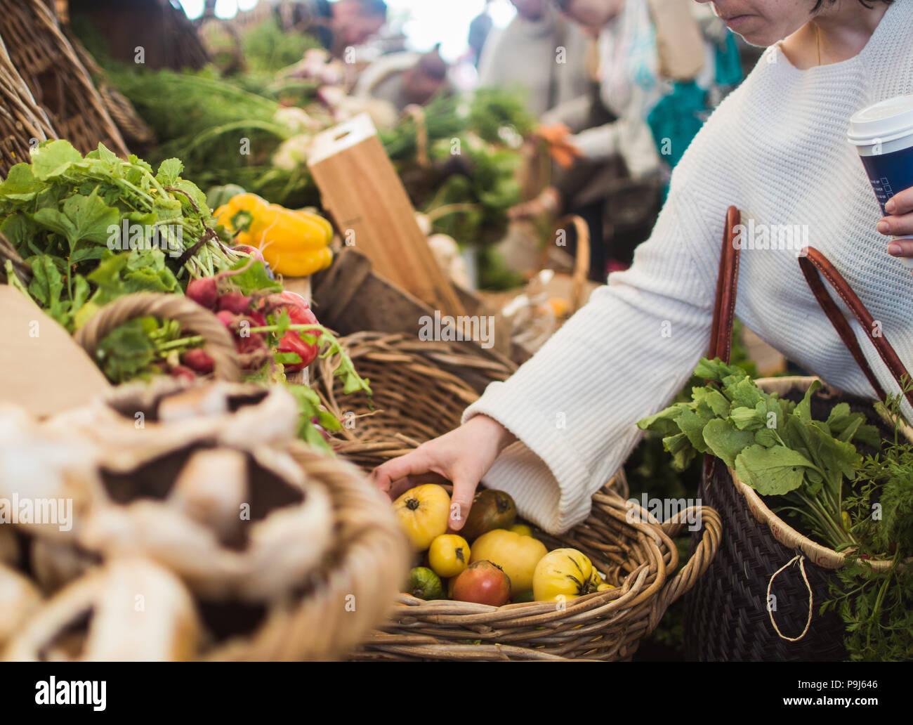 Frau am Bauernmarkt einkaufen Stockbild