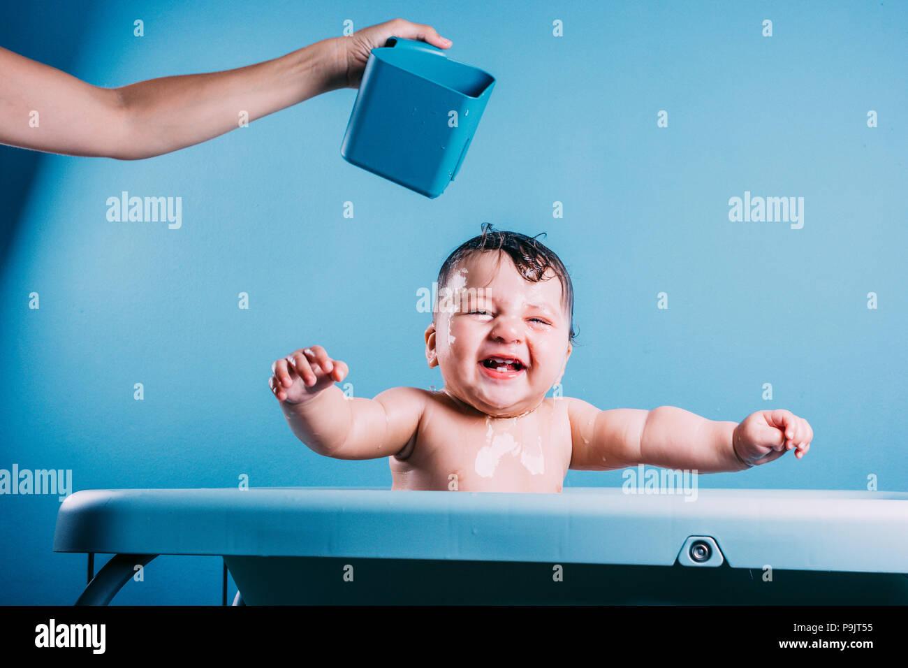 Glückliches lachendes Baby in der Badewanne. Lächelnd Kind ...