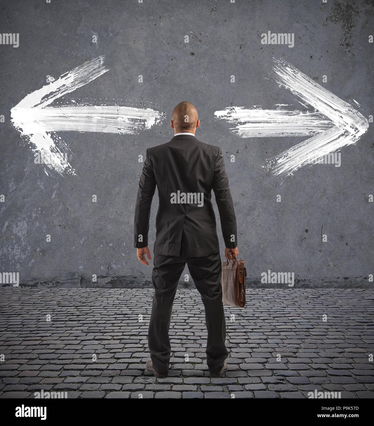 Verwirrt Geschäftsmann muss den richtigen Weg wählen Stockbild