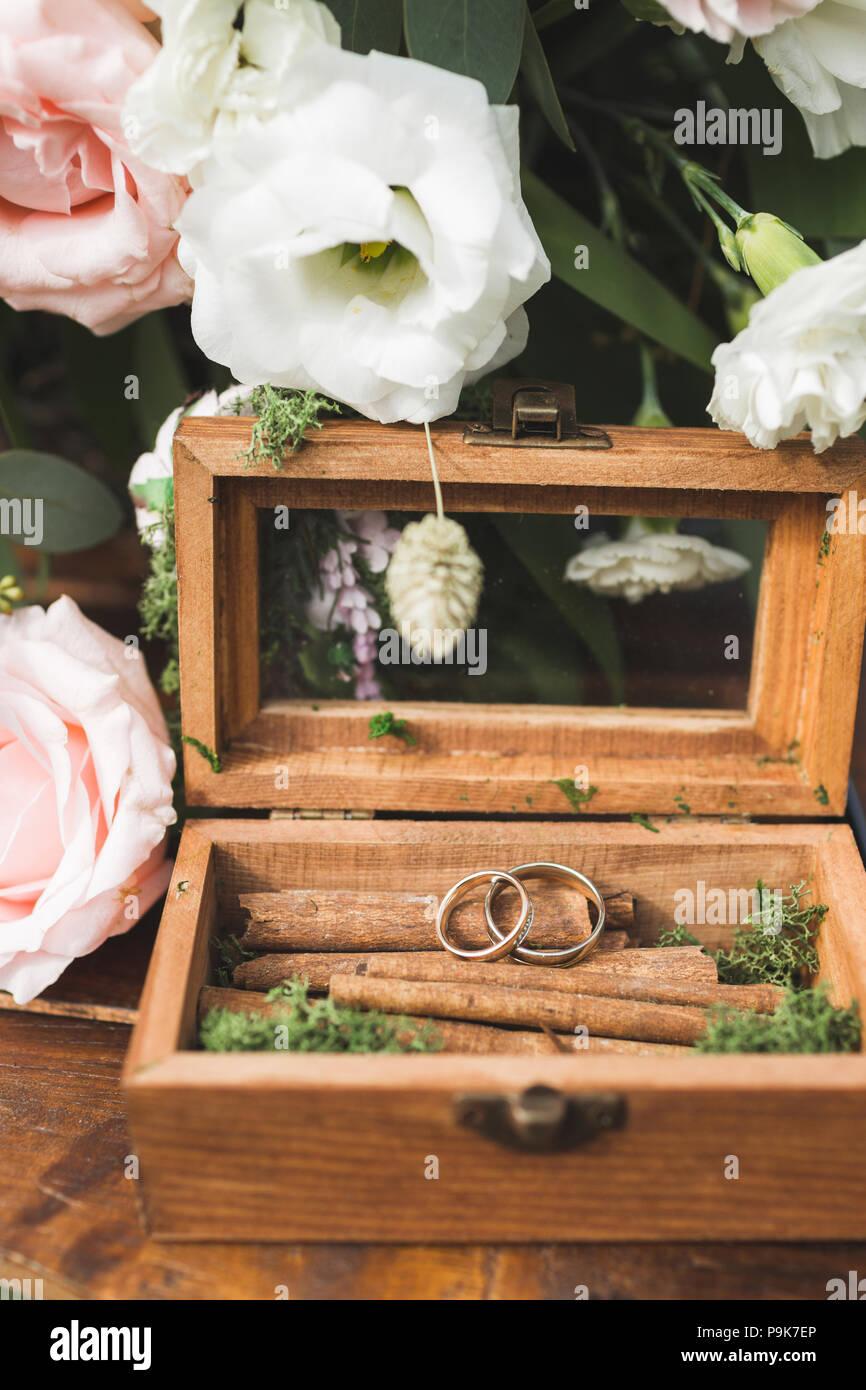 Holz Vintage Box Mit Zwei Ringe Auf Zimt Textur Auf Hochzeit Tisch