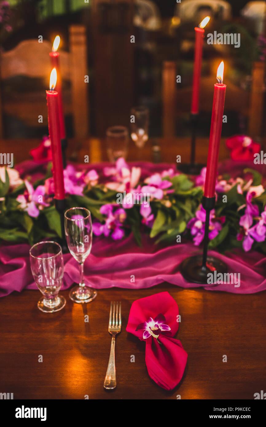 Holzerne Hochzeit Tisch Mit Roten Kerzen Rosa Tuch Und Lila
