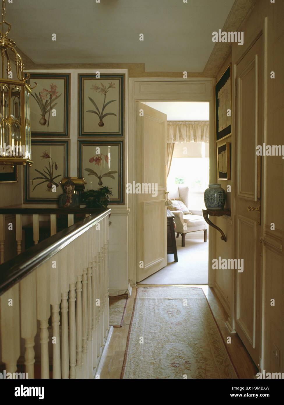 Floral Teppich Läufer Auf Creme Landung Mit Tür Zum Schlafzimmer öffnen