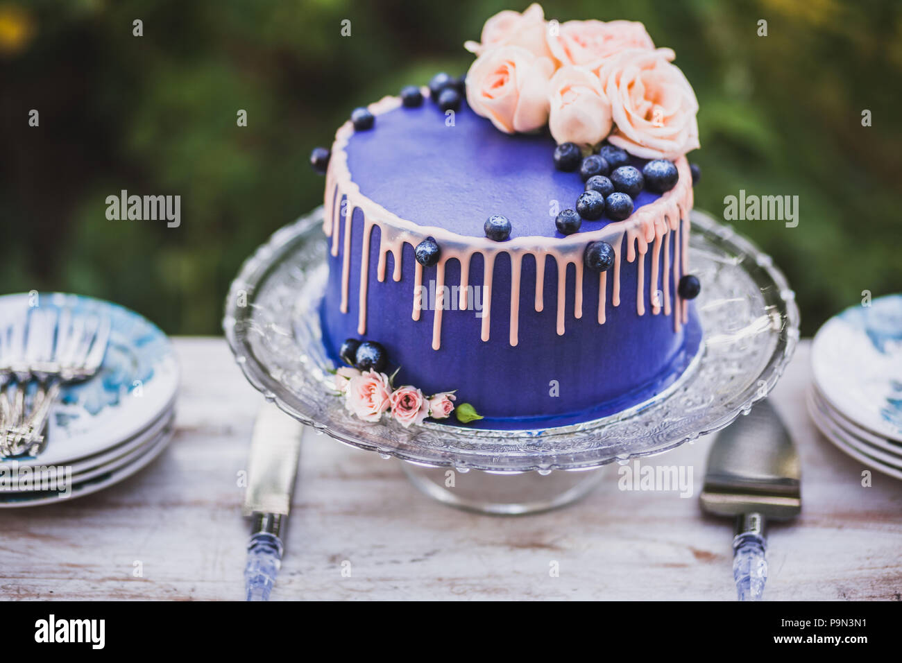 Schone Und Leckere Blaue Hochzeitstorte Mit Rose Blumen Und Frische