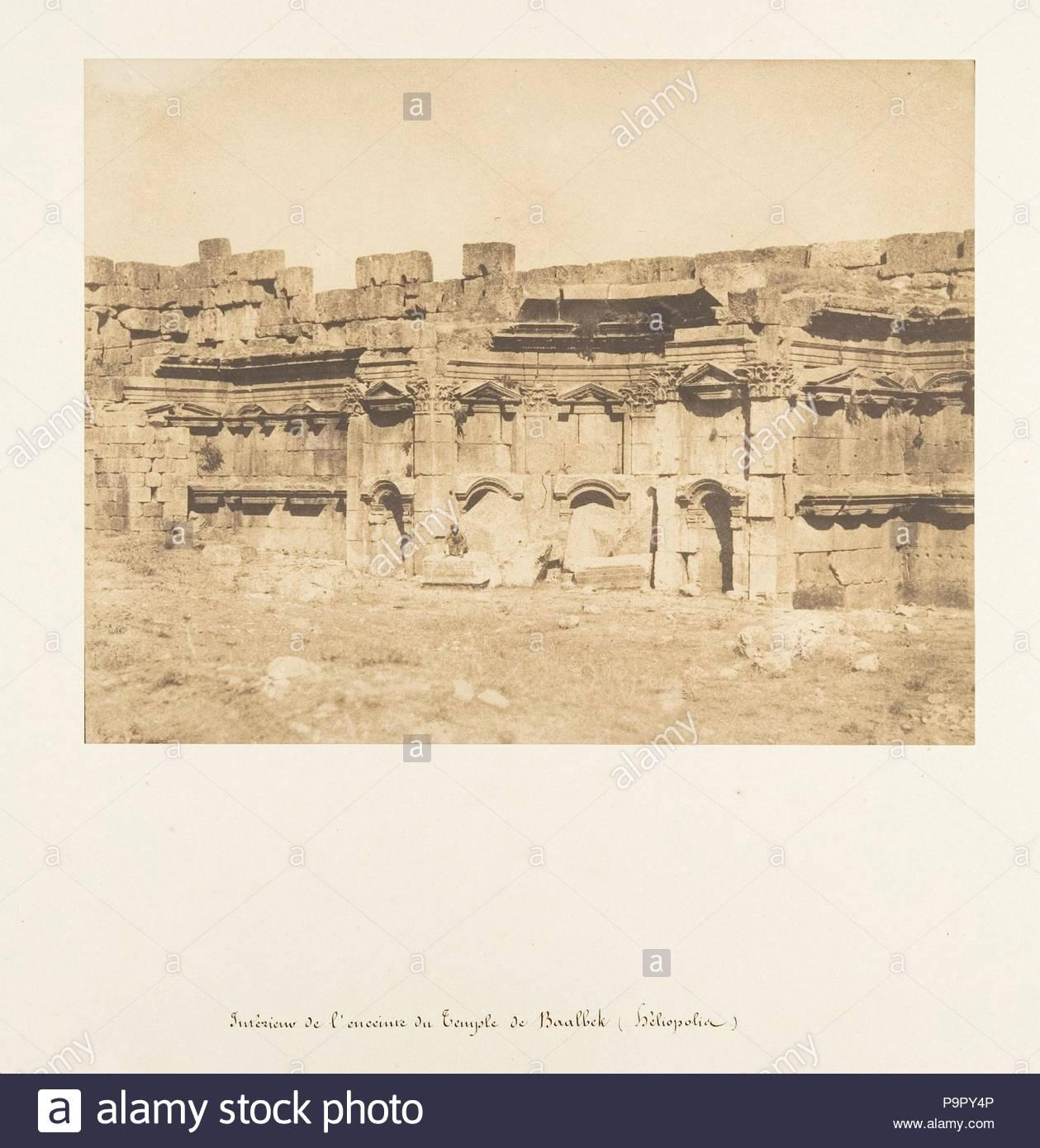 Intérieur de l'enceinte du Temple de Baalbek (héliopolis), 15. September 1850, gesalzen Papier drucken aus Papier negativ, Bild: 6 1/4 x 8 1/8 in. (15,8 × 20,7 cm, Fotos, Maxime Du Camp (Französisch, 1822-1894). Stockbild