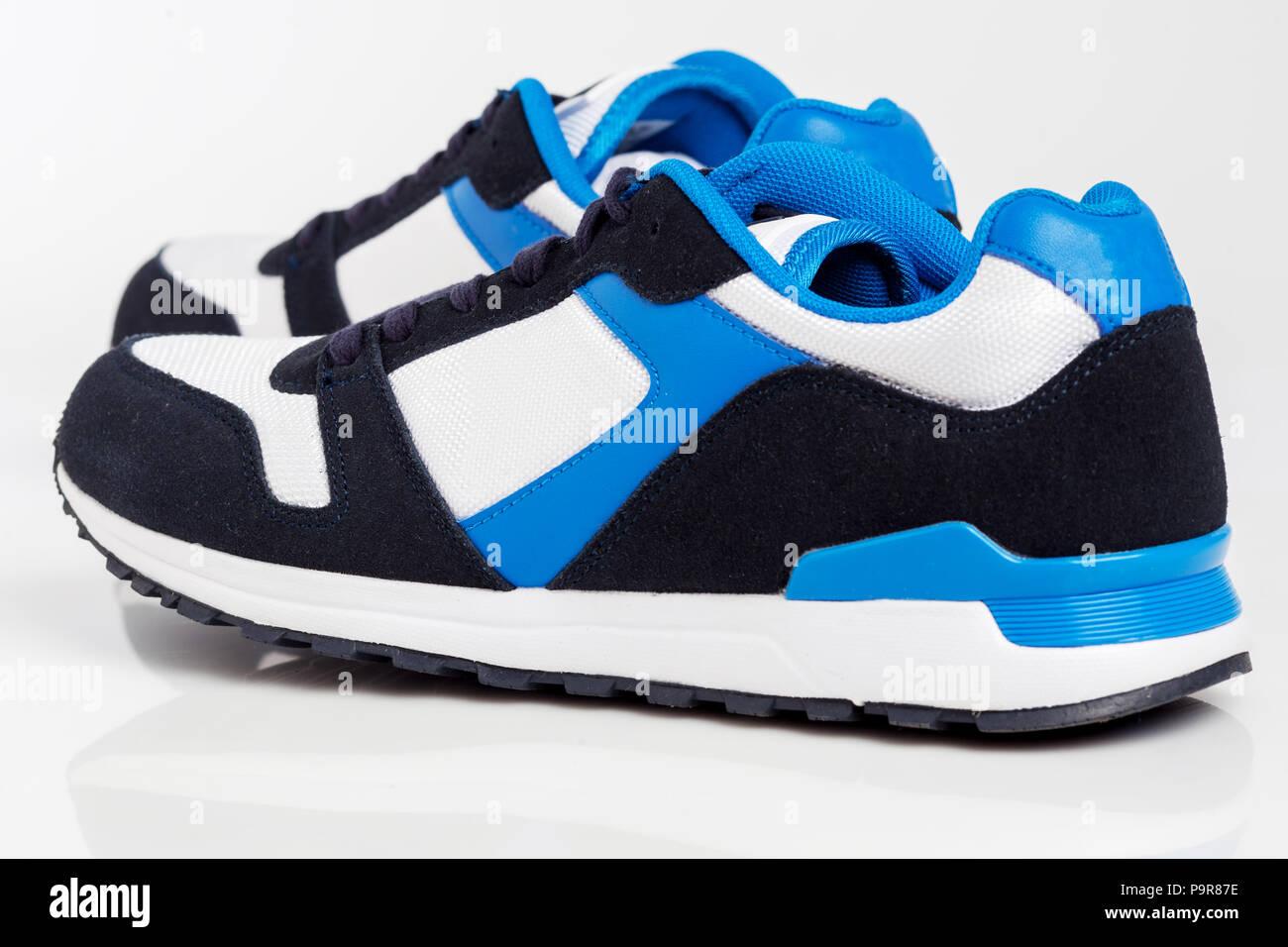 Sport laufen oder walken Schuhe auf weißem Hintergrund