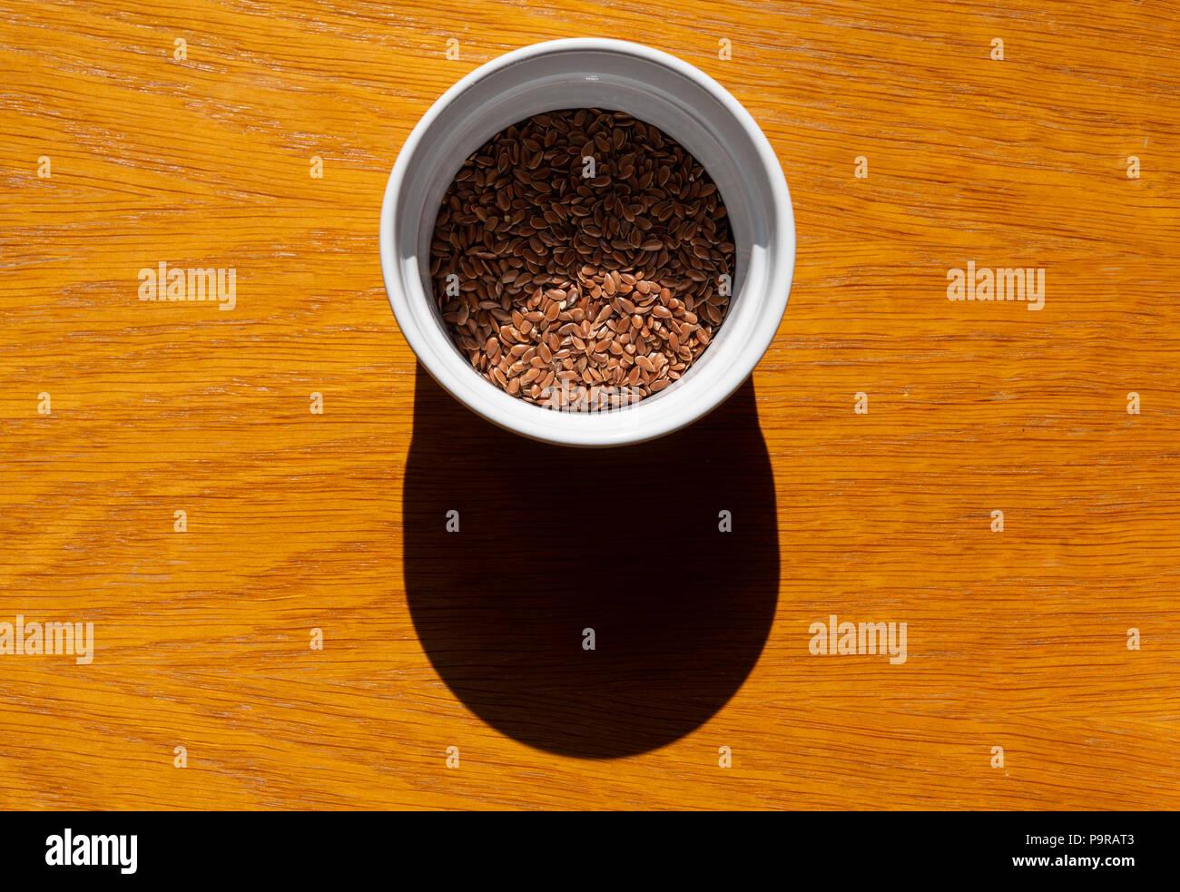 Leinsamen in einer Schüssel serviert, das gesunde Essen Zutat super Essen Stockbild