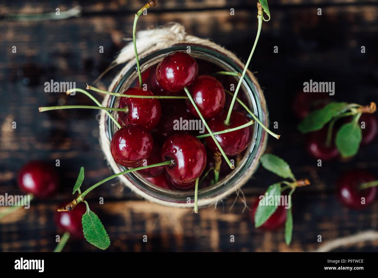 Frische reife Kirschen auf einem Holztisch. Holz- Hintergrund Stockbild