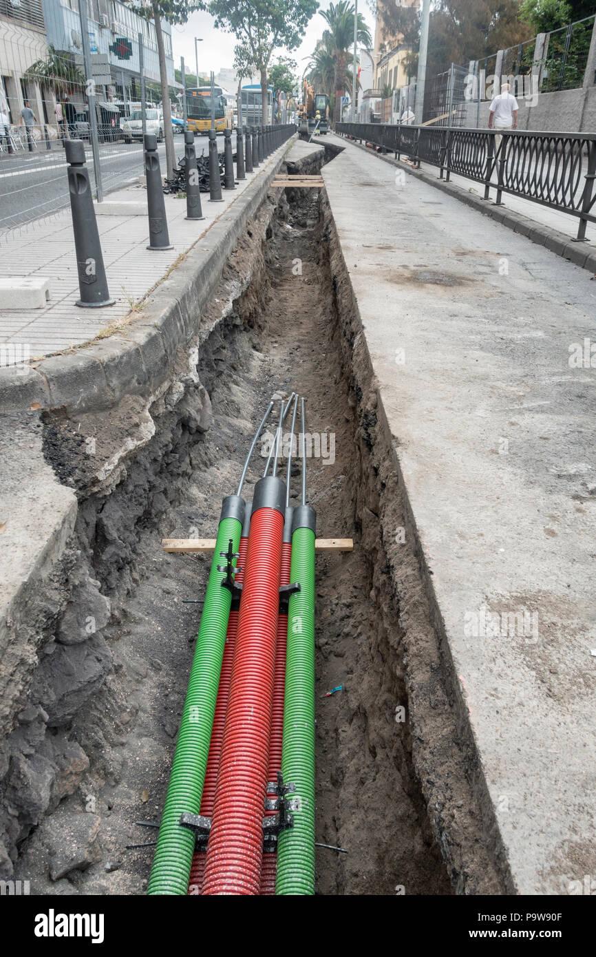 Installation von 66 Kilowatt Strom Kabel sunterranean in der Straße in Spanien Stockbild