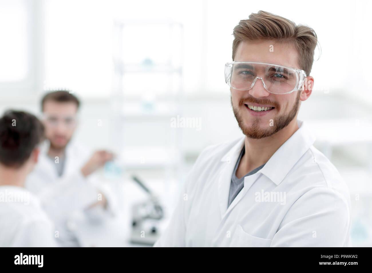 Closeup. erfolgreicher Wissenschaftler auf einem hellen Hintergrund Stockbild
