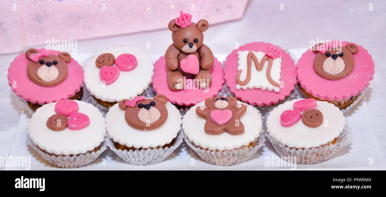 Baby Madchen Geburtstag Cupcakes Mit Teddybar Bild Einer Stockfoto