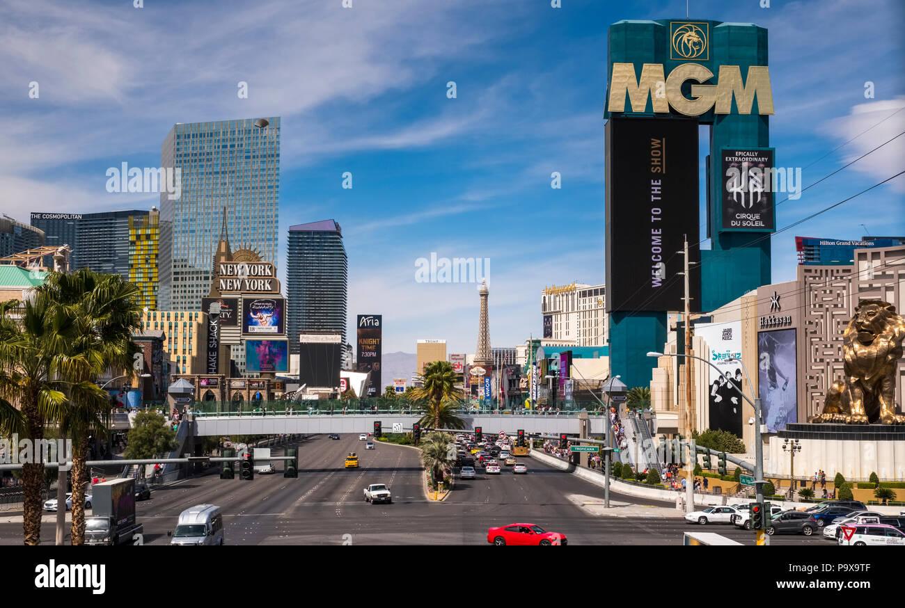 Der Las Vegas Strip, die Skyline von Las Vegas, Nevada, USA mit Verkehr auf dem Strip Straße Stockfoto