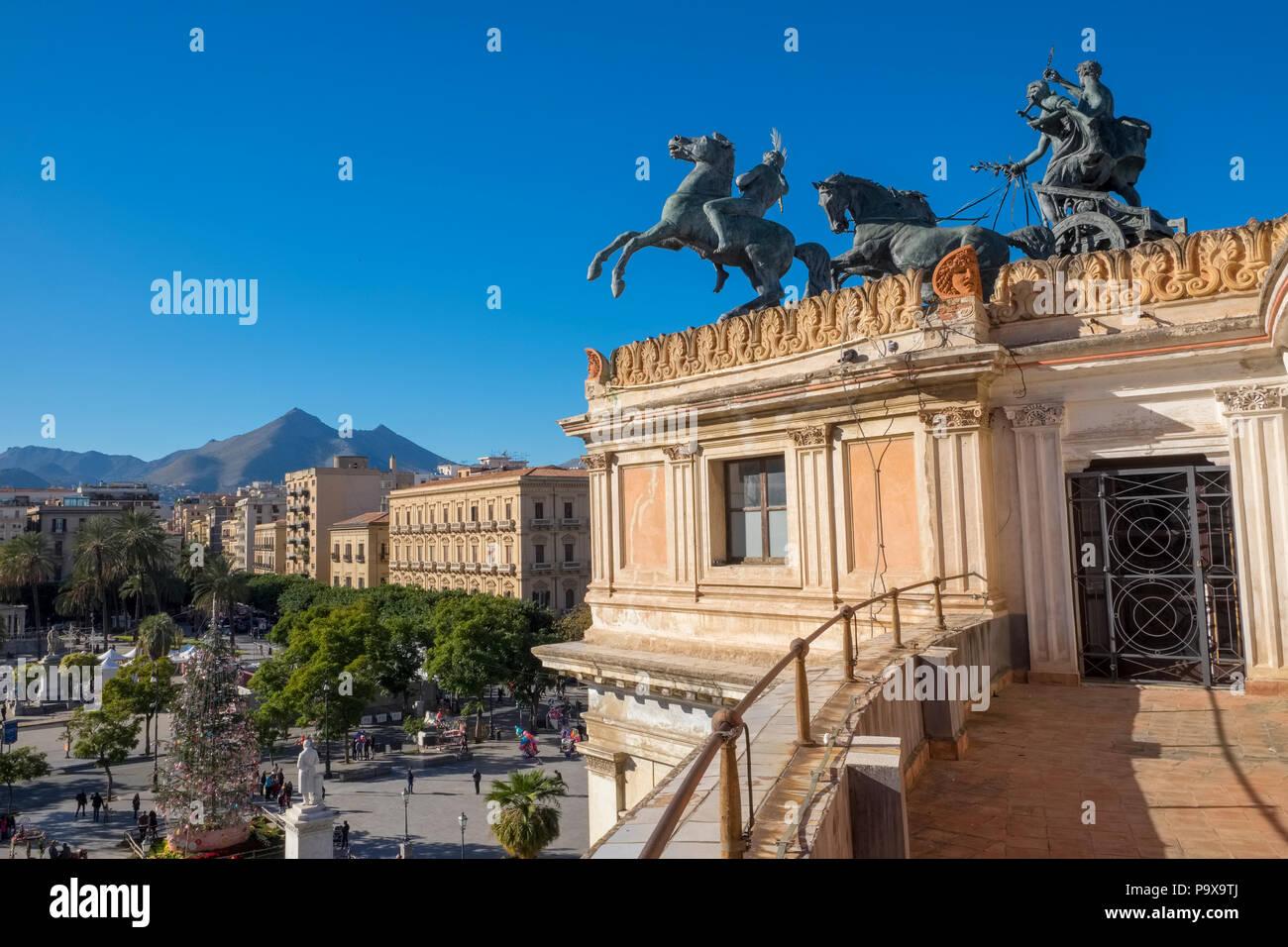 Die Aussicht vom Politeama Theater, Palermo, Sizilien, die zentrale Piazza Politeama und der bronze Quadriga auf dem Teatro Politeama Stockbild