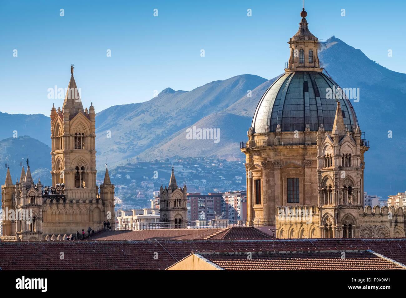 Sizilien, Italien - Skyline von Palermo, Sizilien, Europa und zeigt die Kuppel der Kathedrale von Palermo und Architektur Stockbild