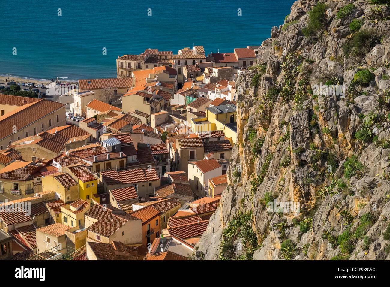 Luftaufnahme der verpackten überfüllten Stadt und die roten Dächer von Cefalu, Sizilien, Italien, Europa Stockbild