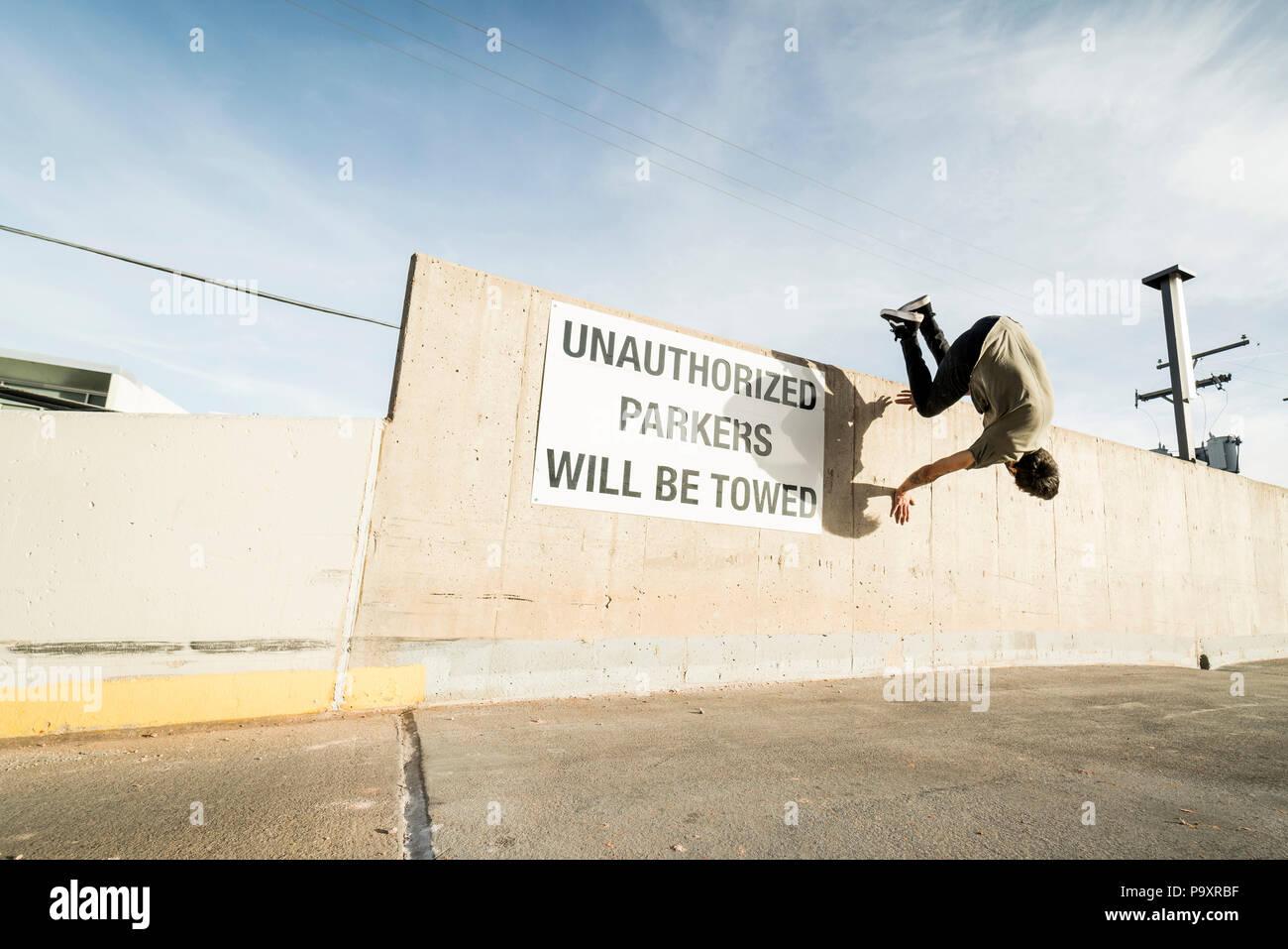 Volle Länge schoss der männlichen parkour Sportler tun Wand springen Stockbild