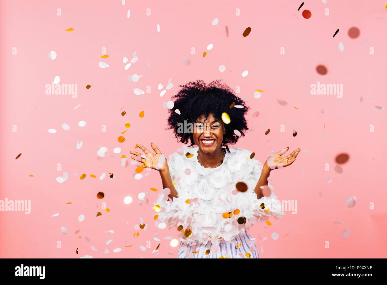 Feiern Glück, junge Frau mit grossen Lächeln werfen Konfetti Stockbild
