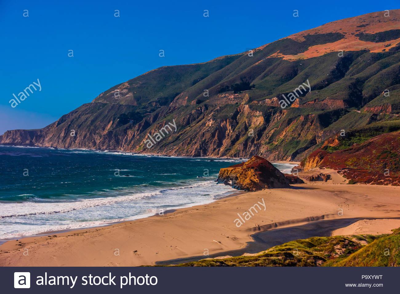 Die robusten Big Sur Küste entlang der Autobahn 1, zwischen Carmel Highlands und Big Sur, Monterey County, Kalifornien, USA. Stockbild
