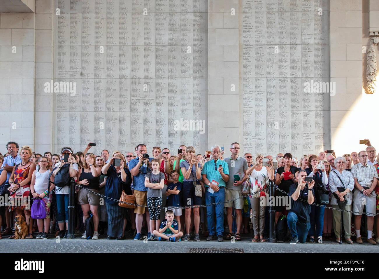 Die Öffentlichkeit, in der Teilnahme an der nächtlichen Erinnerungsservice der Erinnerung am Menentor, Ypern, Belgien Stockbild