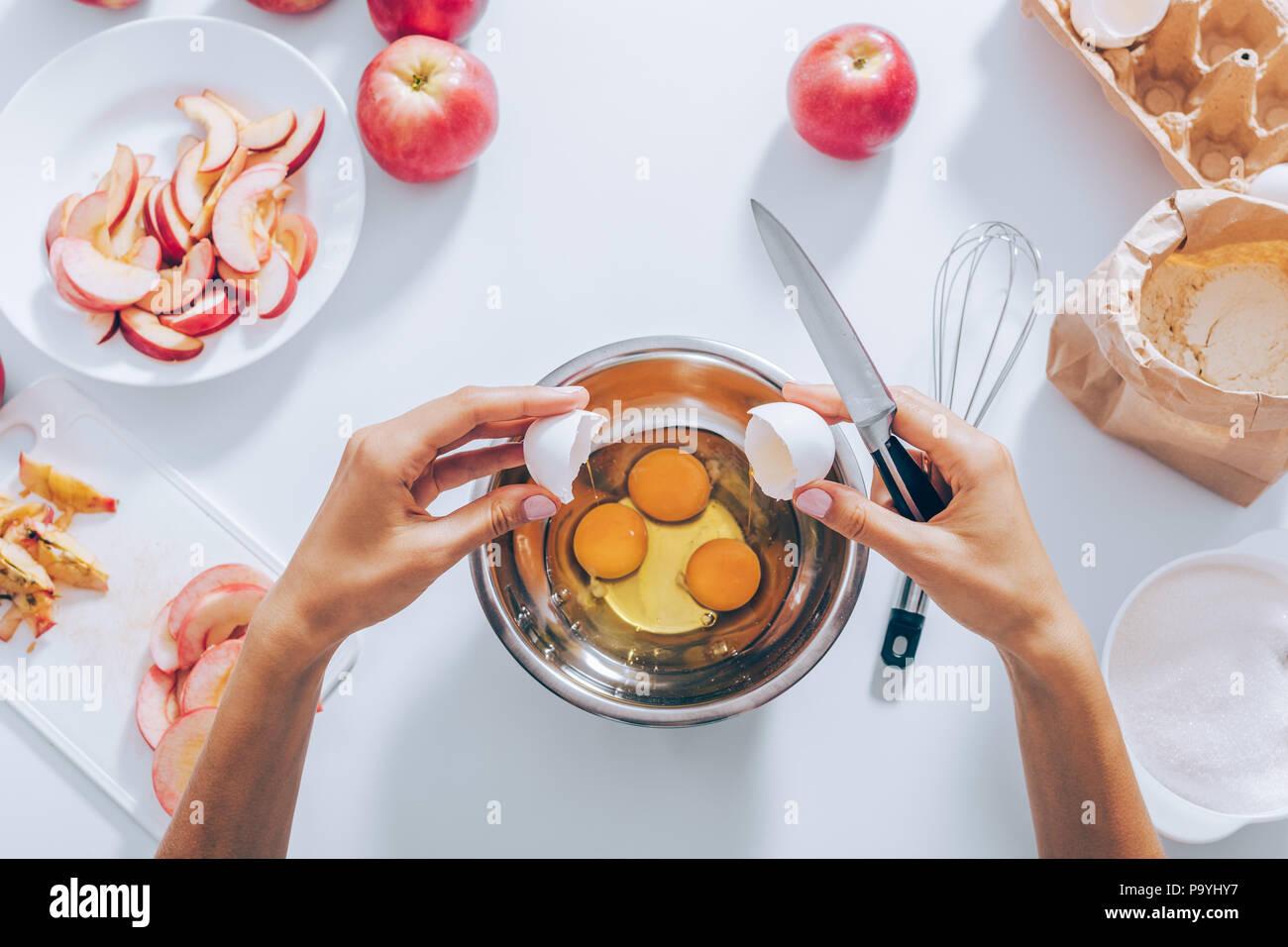 Weibliche Hande Halten Eierschalen Rissbildung Ei In Die Schussel
